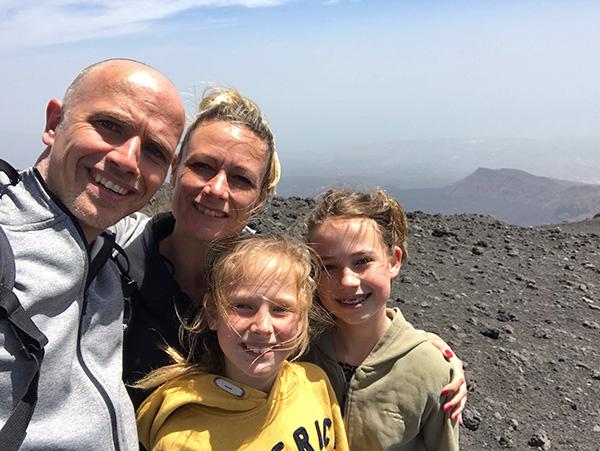 Familie op vulkaan de Etna (Sicilië)