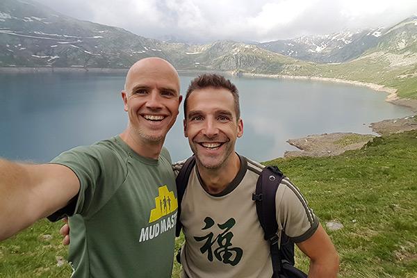 Ik en Jordi poseren onderweg bij een berg meer